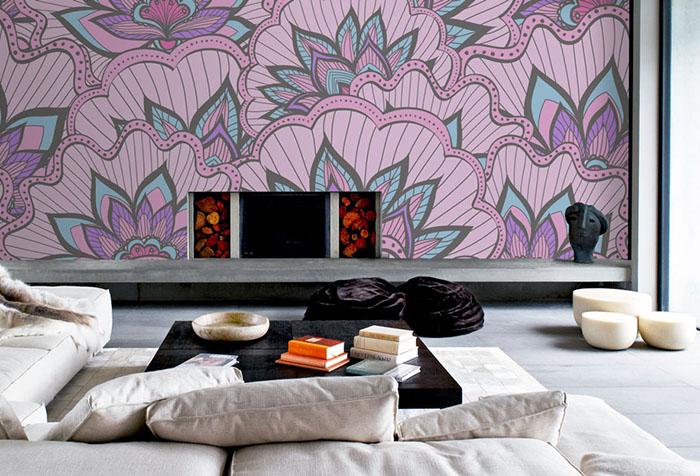 Сиреневые обои с крупным рисунком в гостиной