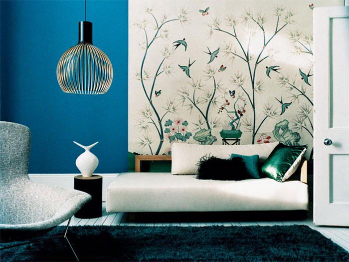 Цветы и птицы на обоях в современной гостиной