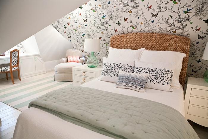 Разноцветные птицы и контурные цветы на обоях в спальне