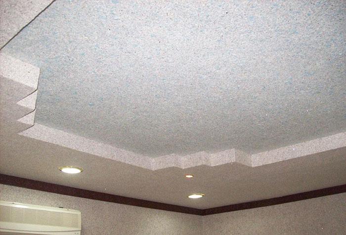 Двухуровневый потолок с отделкой жидкими обоями