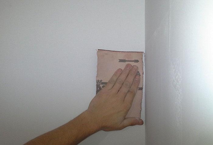 Обработка стены наждачным полотном