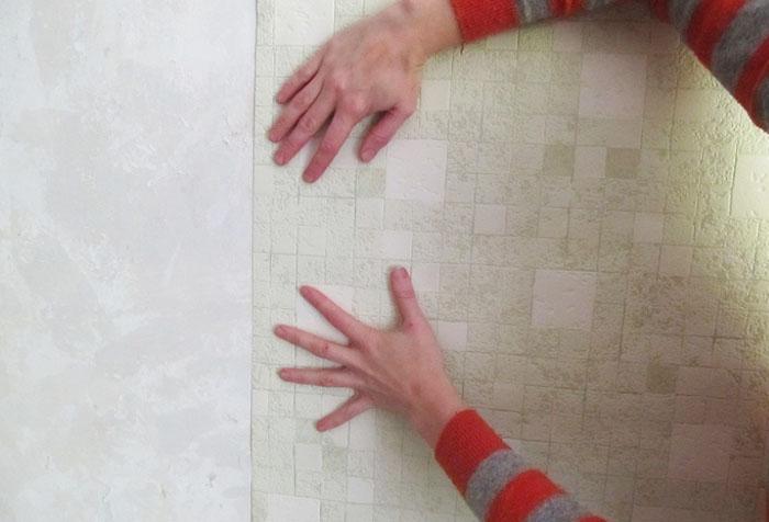 Поклейка обоев на окрашенную стену