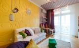 Лиловые шторы с желтыми обоями