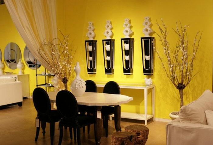 Желтые шторы и стены в интерьере столовой