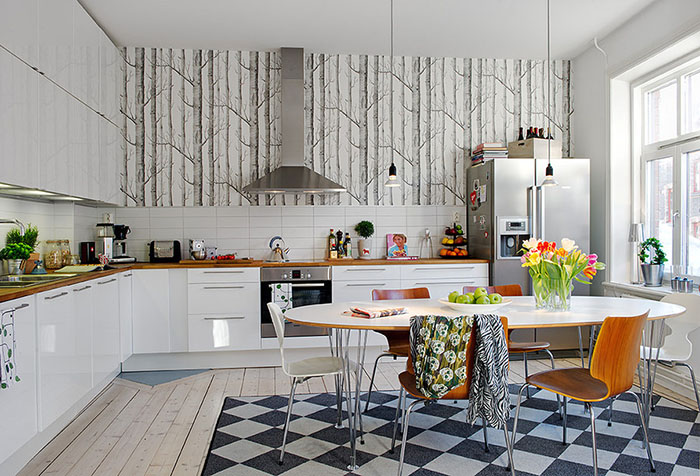 Шведские обои на одной стене на кухне