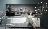 сидячая девушка на белом диване