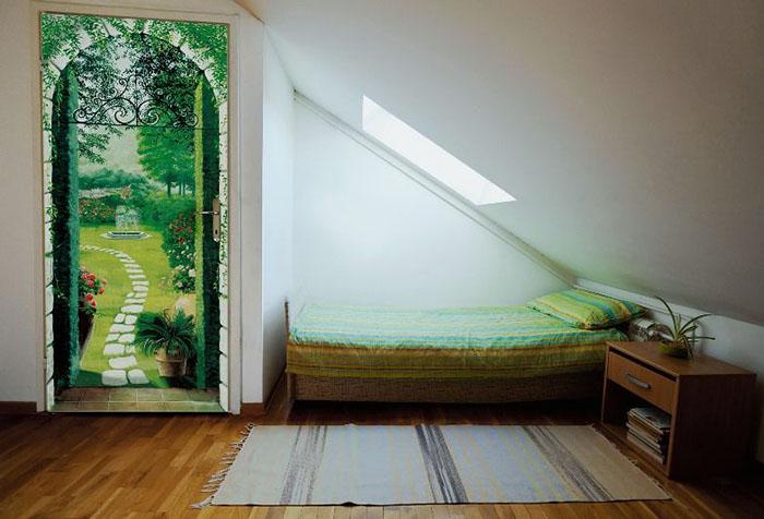 Фотообои в зеленой гамме на старой двери