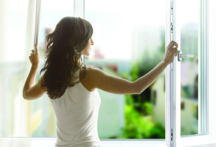 Девушка открывает окно