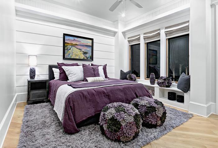 Спальня в белых и фиолетовых тонах