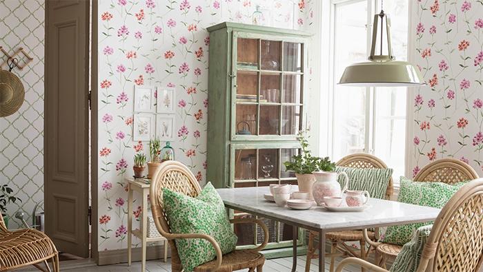 Обои с изображением красных цветов в интерьере кухни в стиле прованс