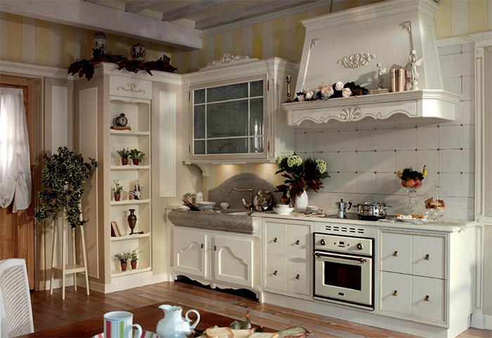 Сочетание полосатых обоев и плитки в интерьере кухни в стиле прованс