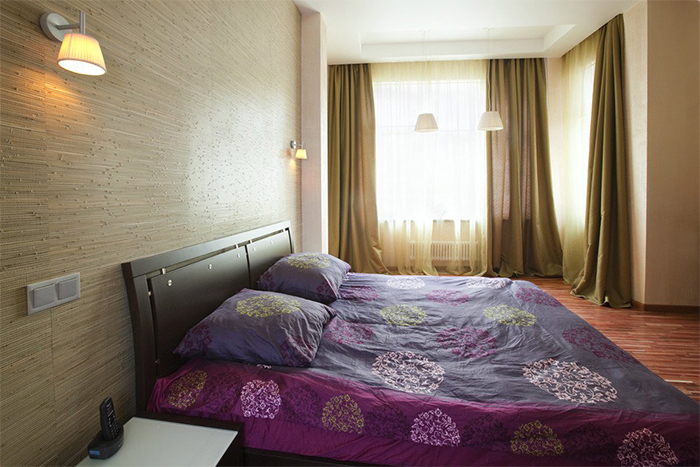 Бамбуковые обои в спальне холостяка