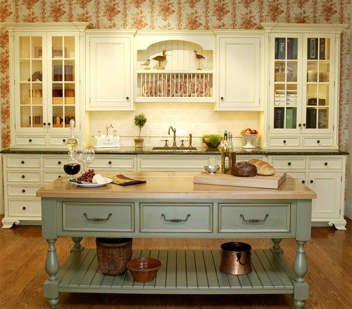 Винтажные обои в интерьере кухни в стиле прованс