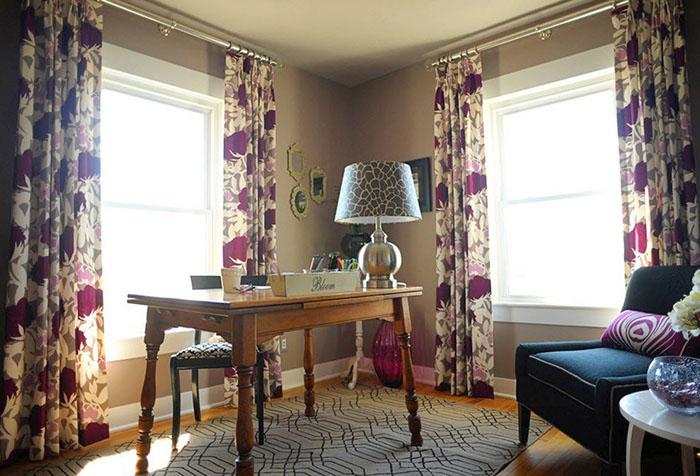 Яркие шторы в кабинете с бежевыми стенами