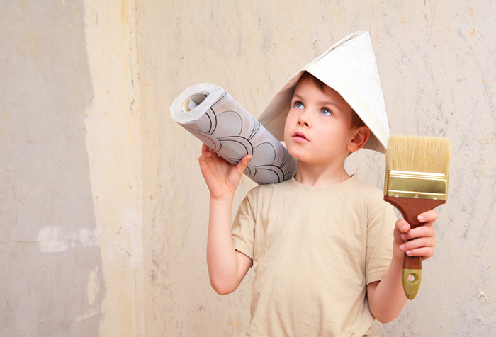 Мальчик с рулоном обоев и кистью