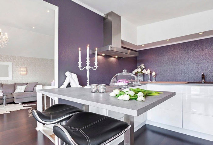 Фиолетовые стены в дизайне кухни