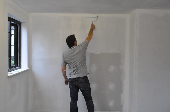 Обработка стен грунтовкой перед оклейкой обоями