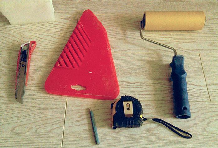 Инструменты для оклейки стен обоями