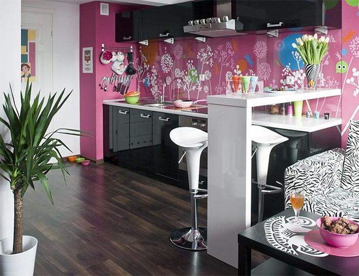 Кухня с розовыми обоями