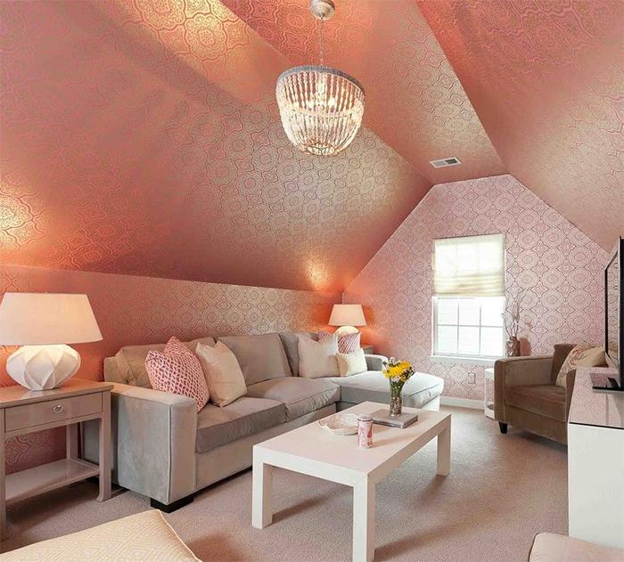 Сочетание розового и бежевого в интерьере мансарды