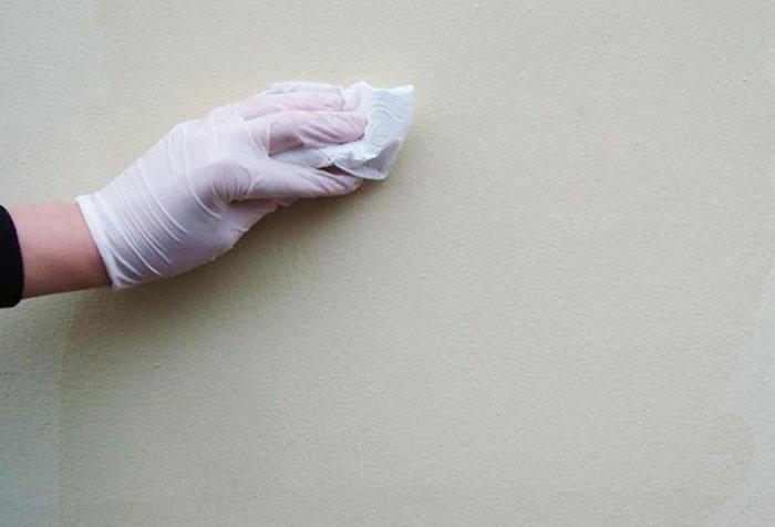 Удаление пыли со стены
