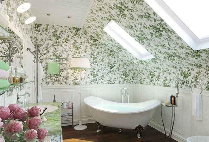 Обои в ванной в стиле прованс с мансардными окнами