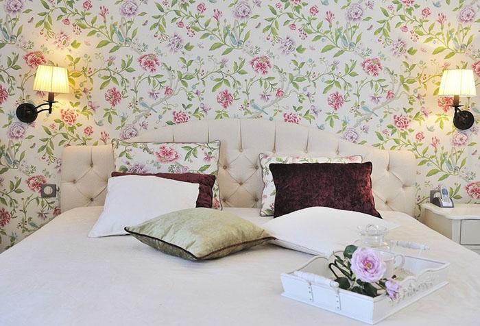 Светлые обои для спальни с узором в стиле прованс