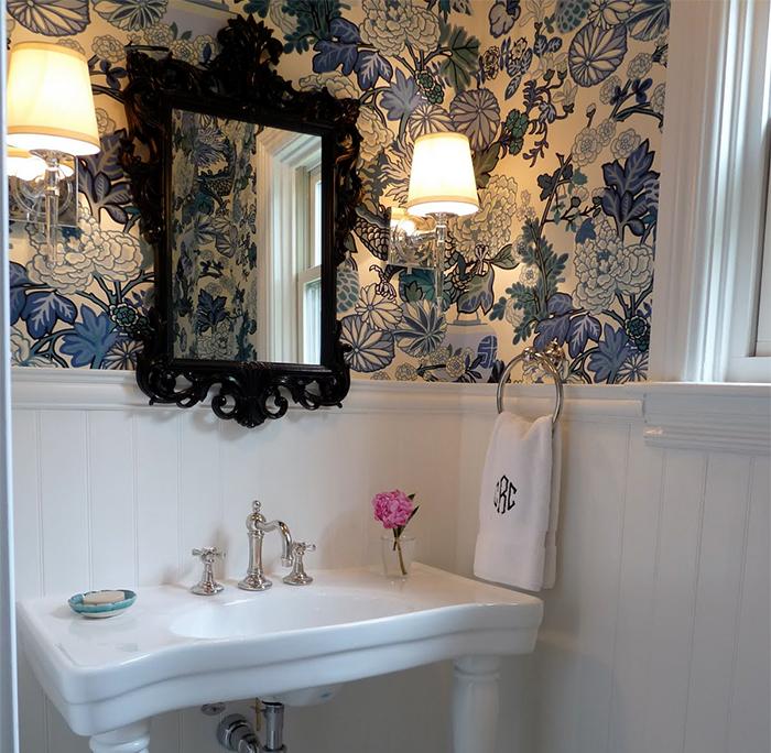 Комбинация обоев и панелей в ванной комнате