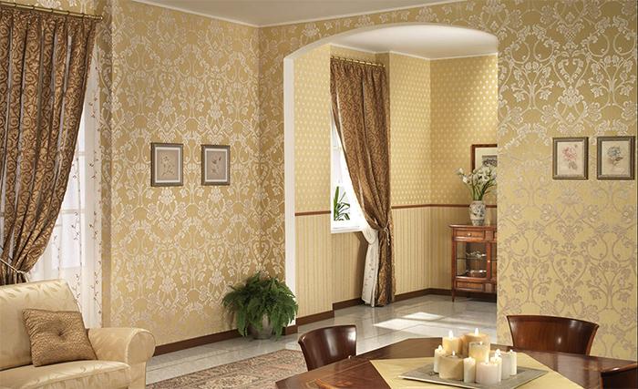 Светлые обои с шелкографией в интерьере гостиной