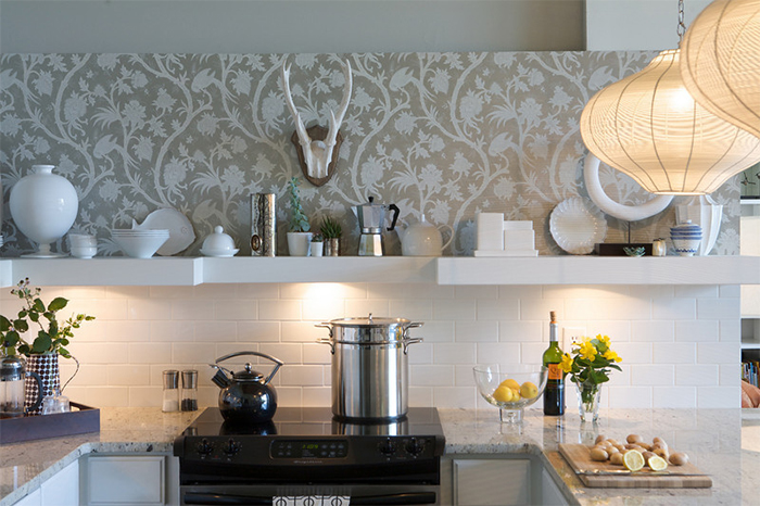 Обои с шелкографией в интерьере кухни