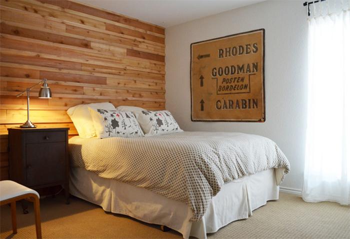 Одна стена в спальне, декорированная обоями под дерево
