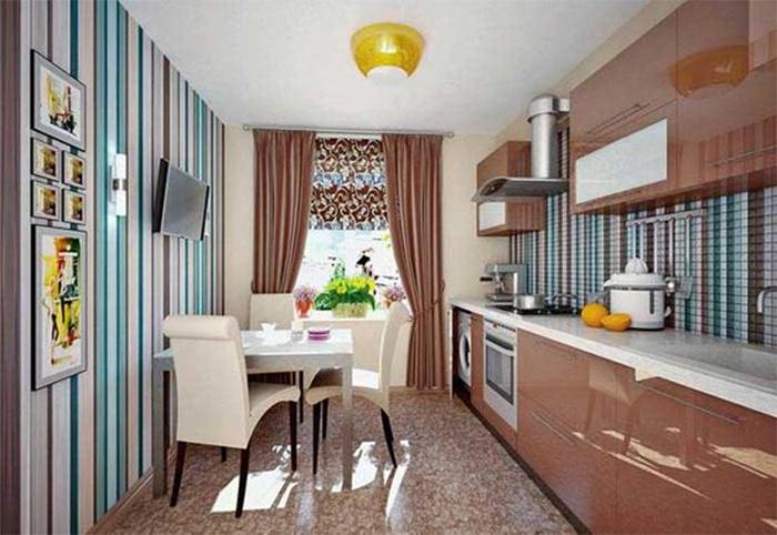 Полосатые обои бирюза с коричневым и белым в кухне