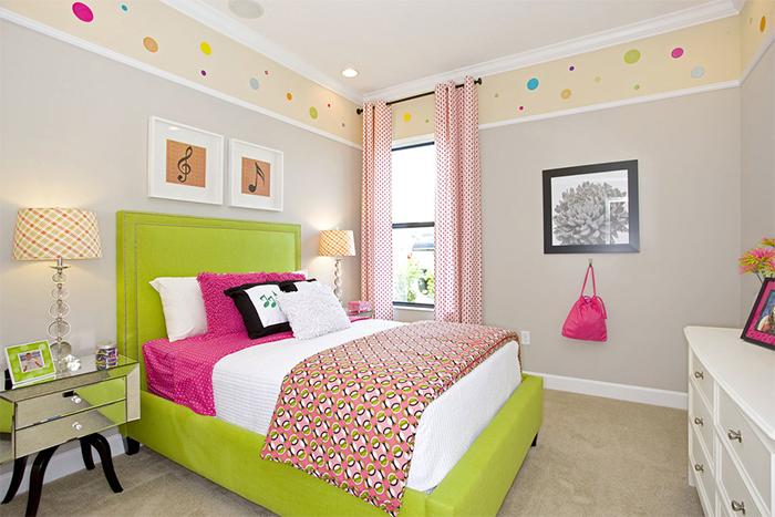 Потолочный широкий бордюр в спальне