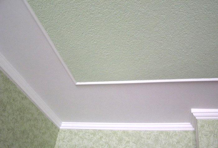 Два вида обоев на потолке