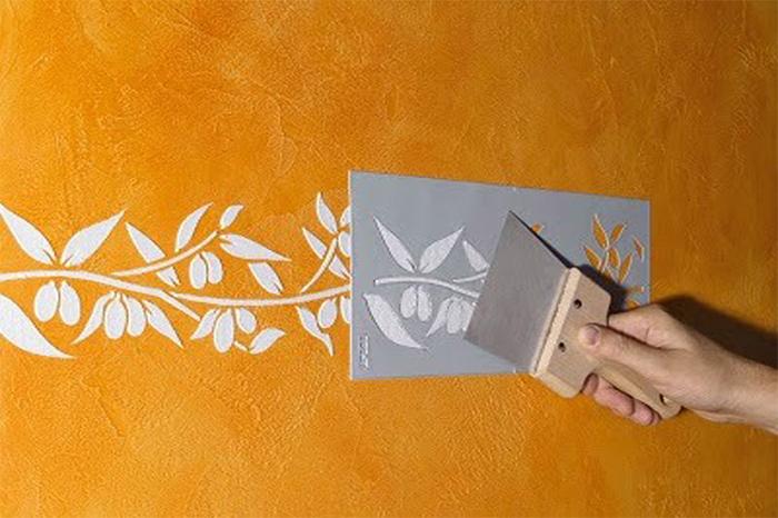 Нанесение жидких обоев по трафарету или бумажному шаблону