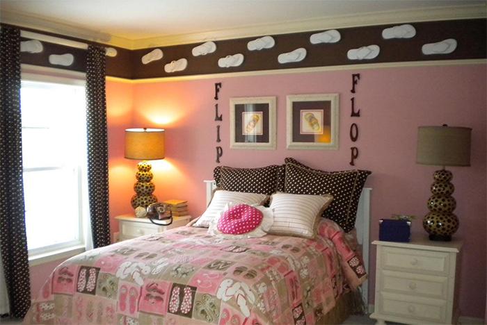 Сочетание розового и коричневого в обоях спальни