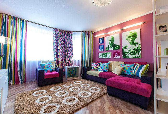 Интерьер гостиной в стиле поп-арт с розовыми обоями