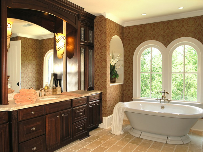 Обои в коричневых тонах в ванне классического стиля
