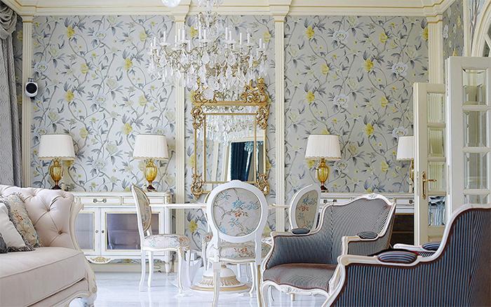 Мебель в классическом стиле по серые обои с узором