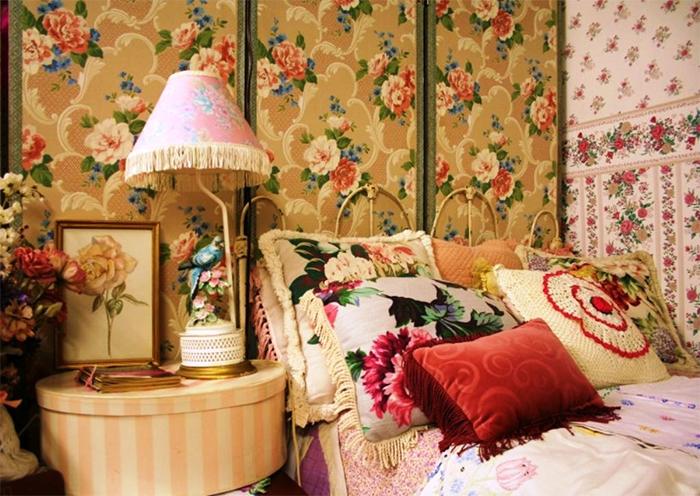 Разные варианты обоев в цветах в интерьере спальни