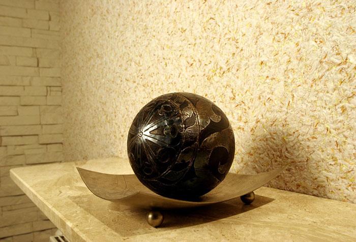 Интерьерный декор на фоне шелковых жидких обоев