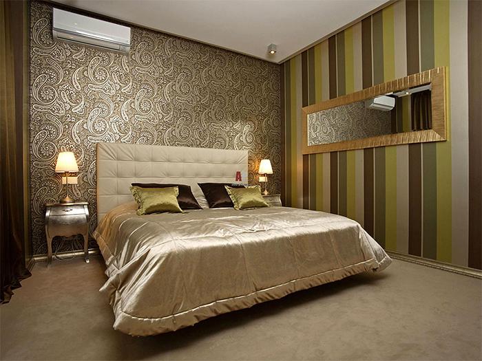 Роскошные обои с восточным узором в интерьере спальни