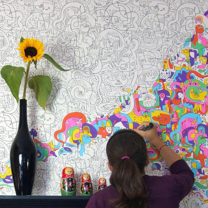 Черно-белые обои в детской позволяют ребенку их разрисовать самостоятельно