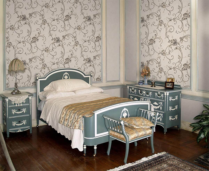 Серые обои с узором в классической спальне