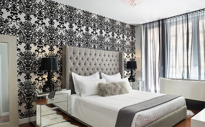 Черно-белые обои в супружеской спальне