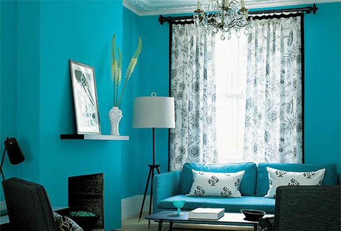 Сочетание ярких бирюзовых обоев с мебелью разных цветов