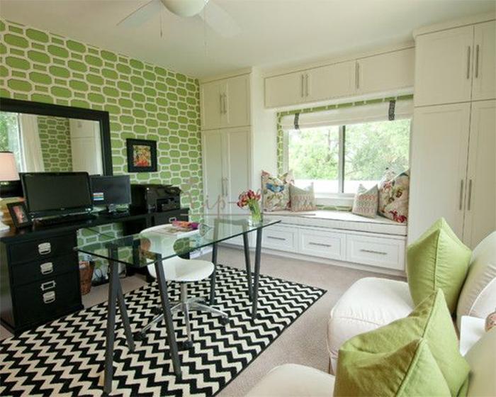 Зеленые обои и контрастная мебель