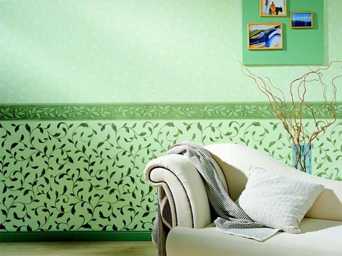 Зеленые обои и белая мебель в гостиной