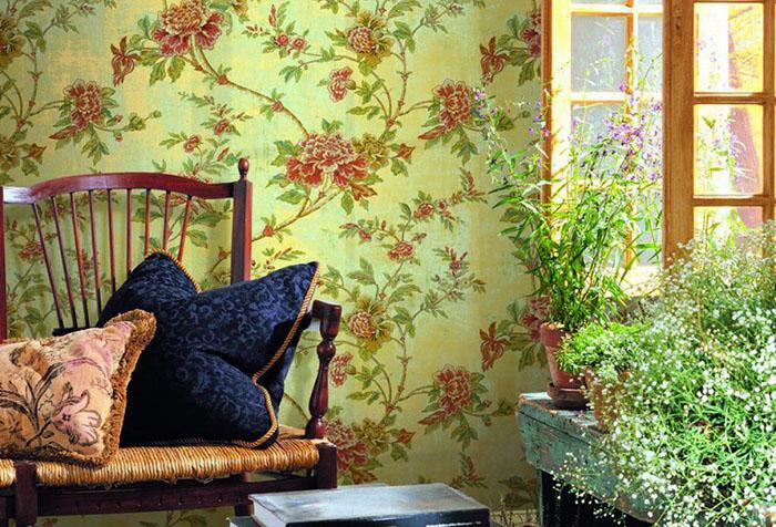 Зеленые обои с цветами в гостиной