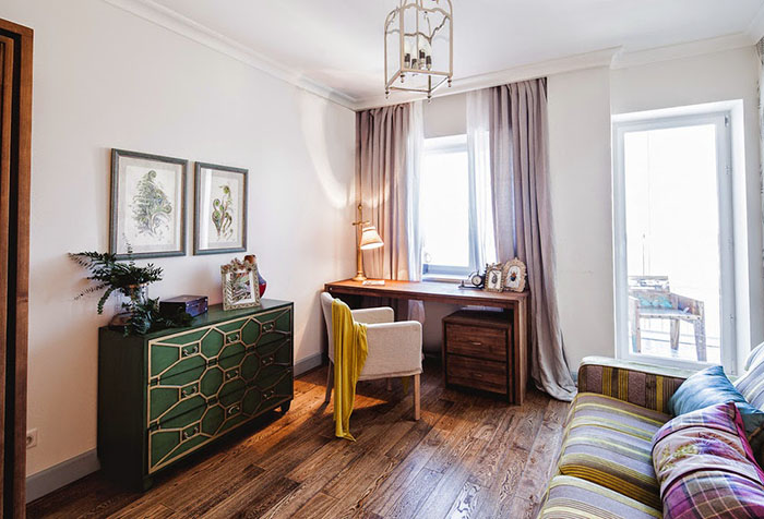 Интерьер кабинета с белыми стенами